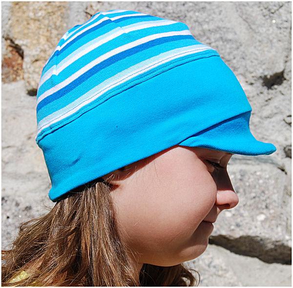 Pruhovaná čepice s kšiltem tyrkysová