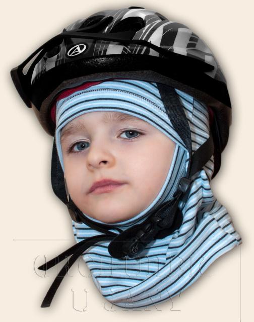 Pruhovaná kukla pod helmu